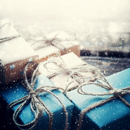 Festliche Boxen mit Leinen Schnur. Natürliche Geschenke auf Holzuntergrund. Gezeichnet Schnee Standard-Bild - 46933438