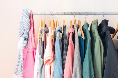 Pastel Color vrouwelijke kleding in een rij op Clothes Rail