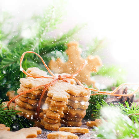 galletas de jengibre: Ginger Cookies Snowflakes tied up by a Rope in Christmas Composition  Decorated with Fir Tree. Illustrated with Drawn Snow. Isolated in white