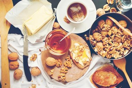 Nützliche Frühstück Tee Toast Honig Walnüsse Effect Toning Instagram Kinfolk Stil Leben Tisch Ansicht von oben Standard-Bild - 55493844