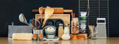 인테리어 주방 테이블 탑 소박한 나라 나무 금속 식기 테이블웨어 신선한 식료품 다른 물건 검정 배경