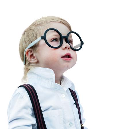 Prodigy: Portret cute little boy z okularami Child Prodigy Ciemny Kruszenie Nadzorczej kopia puste miejsca koncepcji Powrót do szkoły czarnym tle Zdjęcie Seryjne