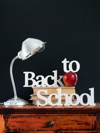 letras negras: Letras texto de nuevo a la escuela Apple Herramientas de escritorio Espacio en blanco Diseño Negro tiza Suministros concepto del fondo