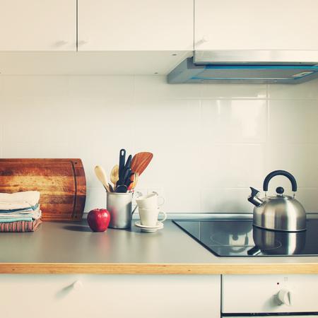 Weiße Küche-Innenzubehör-Teller-Personal-Apple-Lebensmittelgeschäft-Produkte stehen auf der Tabelle, die getont wird Standard-Bild - 67757899