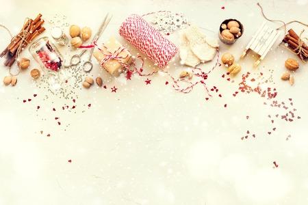 Kerstversiering Doos Noten Koord Spar Speelgoed Glitter Kaneel Slee Wanten Natuurlijke geschenken op grijze achtergrond afgezwakt