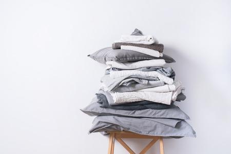 pile monocromatico sfumatura bianco grigio nero biancheria da letto tessile abbigliamento sfondo mucchio concetto Archivio Fotografico