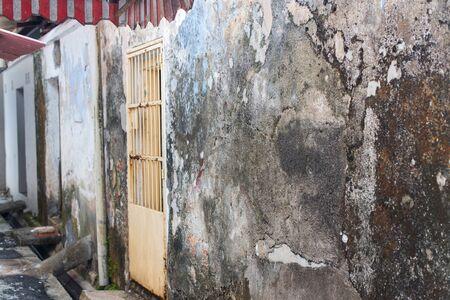 Fachadas de cemento en ruinas de casas en Malasia. Barrios marginales pobres para el alojamiento de los segmentos más bajos de la población Foto de archivo