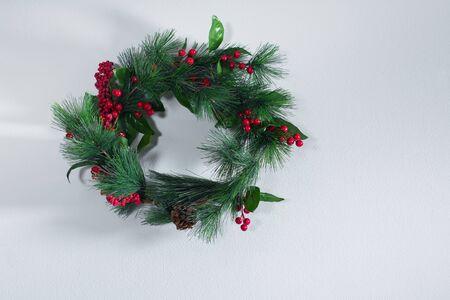 Guirnalda de decoración de Navidad verde de vacaciones en la pared gris vintage. Feliz año nuevo tarjeta de felicitación. Tema de Navidad de invierno