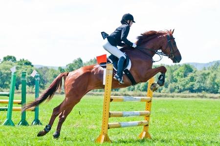 ARSENEV, Rusia - 03 de septiembre: piloto no identificado en los paseos de acción salta del caballo muestran en la feria de equitación