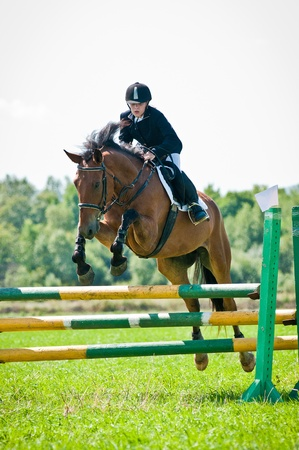 obstaculo: ARSENEV, Rusia - 03 de septiembre: Jinete no identificado en paseos en caballo salta de acción muestran en la feria de equitación
