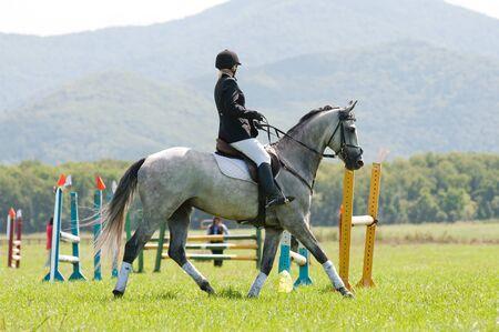 ARSENEV, RUSSIA - 3 settembre: il pilota non identificati in corse salti mostrano azione cavallo al Salone di equitazione