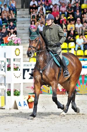 Mosca, Russia - 26 giugno: Vittoria Pint rider (RUS) a cavallo di Aragorn tedesco warmblood nella fase della manifestazione internazionale CSI4 * RR / Russo Mostra Jumping Championship il 26 giugno 2011 a Mosca, Russia