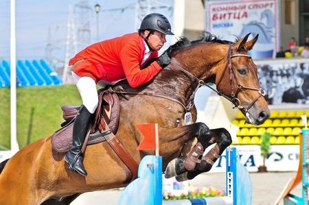 Mosca, Russia - 26 giugno: il pilota Alexander Belihov (RUS) a cavallo hannover Sancho Panza nella fase della manifestazione internazionale CSI4 * RR / Russo Mostra Jumping Championship il 26 giugno 2011 a Mosca, Russia