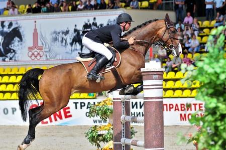 MOSCA, RUSSIA - 26 giugno: rider Petrovas Andrius (LTU) il cavallo olandese Van-Helsing nella fase della manifestazione internazionale CSI4 * RR / Russo Mostra Jumping Championship il 26 giugno 2011 a Mosca, Russia