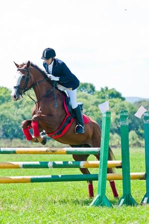 femme a cheval: Ars�niev, RUSSIE - 03 septembre: coureur non identifi� dans l'action saute promenades � cheval spectacle au spectacle d'�quitation