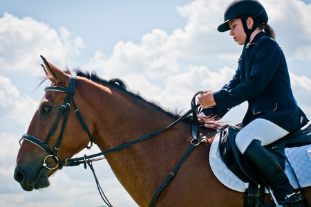 femme et cheval: Ars�niev, RUSSIE - 03 septembre: coureur non identifi� dans l'action saute promenades � cheval spectacle au spectacle d'�quitation