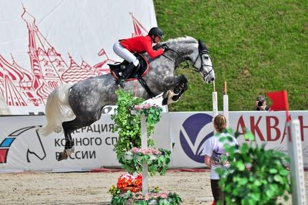 MOSCA, RUSSIA - 26 giugno: rider Simony Natalia (RUS) al cavallo Holsten Solana13 nella fase della manifestazione internazionale CSI4 * RR / Russo Mostra Jumping Championship il 26 giugno 2011 a Mosca, Russia