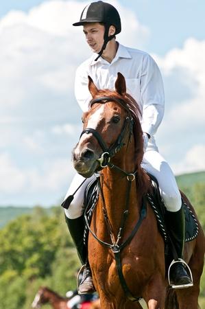 ARSENEV, RUSSIA - SETTEMBRE 03: Unidentified cavaliere con il cavallo compete ai salti presenza al Salone di equitazione Editoriali