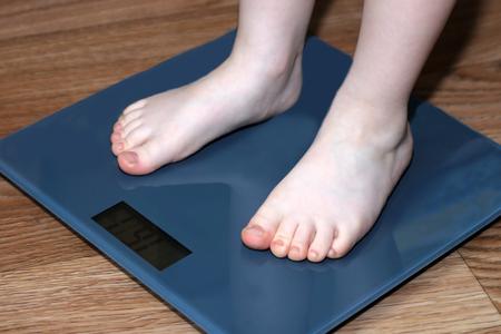 Selectieve focus op de voet van het kleine kind de gewichtslimiet, object