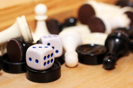 Pár bílých kostek a šachů, hračky Reklamní fotografie