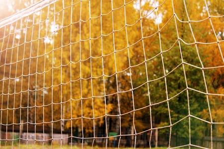 Voetbal of voetbal netto achtergrond, mening van achter het doel met vaag stadion en gebiedshoogte.