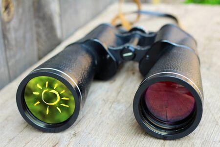 The sun in the glass of the binoculars, a positive idea