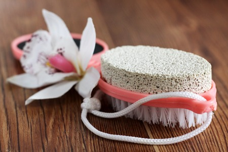 Pink pumice for female feet on wooden background, plastic Banque d'images