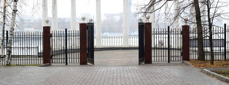 Beautiful classic gate in the Park, panorama Imagens