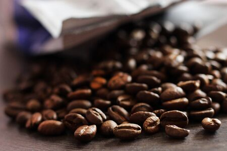 Mock-up craft paper pouch bag and coffee beans so close Foto de archivo - 128256181
