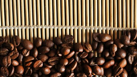 coffee beans on old wooden background Foto de archivo - 128256192