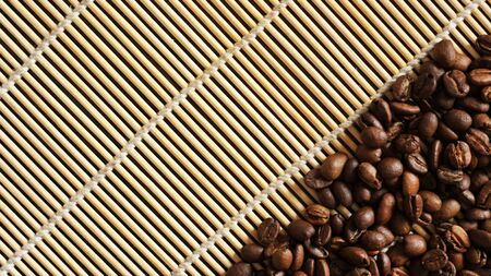 coffee beans on old wooden background Foto de archivo - 128256186