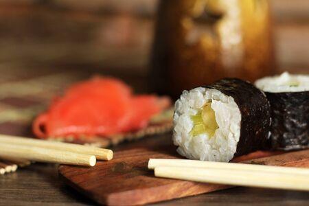 Leckere Reis- und Fischbrötchen. Traditionelle japanische Küche. So nah.