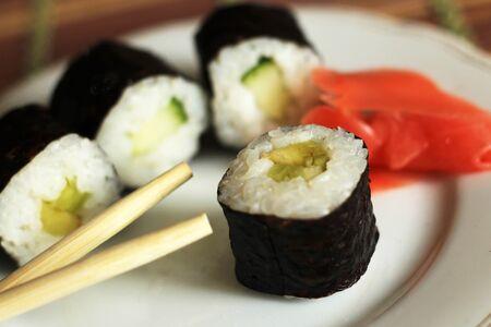 Délicieux rouleaux de riz et de poisson. Cuisine japonaise traditionnelle. Si proche.