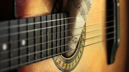 Cuerdas de guitarra y notas de papel rasgadas, idea musical