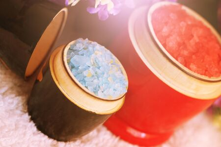Red and blue sea salt for bath in a wooden bowl Zdjęcie Seryjne