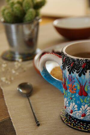 Gros plan d'une belle tasse à thé et d'une cuillère à thé vintage. Fond de pause thé.