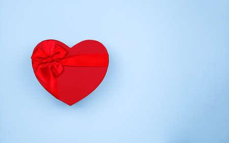 蓝色背景的红色大心形情人节礼物。
