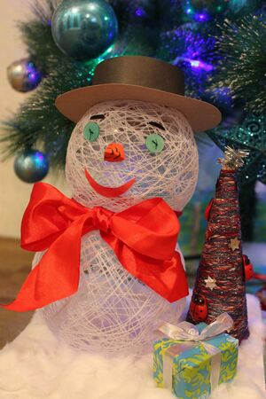 photo 눈사람, 선물 및 크리스마스 트리의 문자열에서 손수 축제 장면을 배경으로 목화의 만든 눈에 서 서