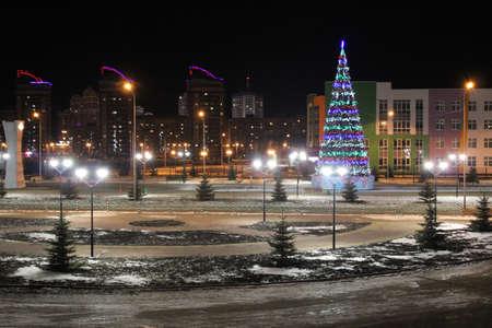 빛나는 등불와 크리스마스 트리 밤 풍경 사진