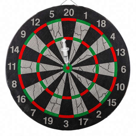 Disposable syringe in the bull's eye of the dart board. Correctly selected treatment, coronavirus vaccine concept. Imagens