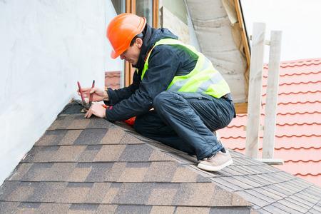 옥상 포진을 해체하는 Roofer 건축업자