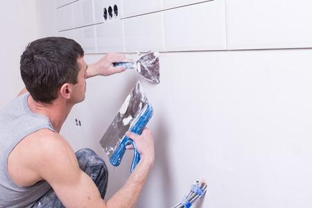 hand van werknemer met behulp van gipsen plafond gewrichten op de bouwplaats