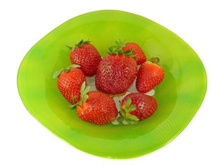 Fresas apetecibles en una placa verde, aislamiento  Foto de archivo - 9059589