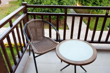 baranda para balcon: Silla de mimbre en el balcón