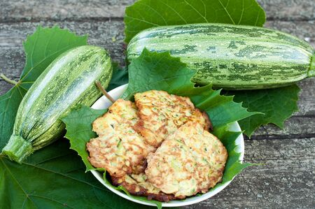 ブドウの新鮮なズッキーニのパンケーキ葉します。 写真素材 - 14999480