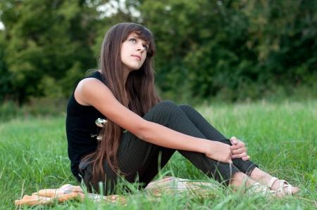 Bruna ragazza teen sulla natura Archivio Fotografico