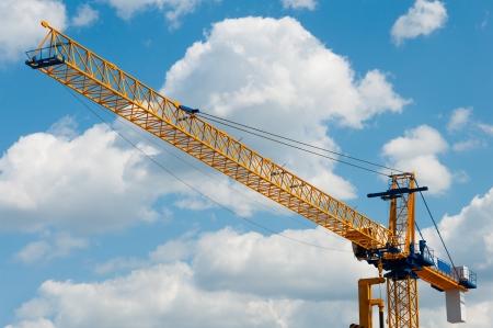 camion grua: Gr�a de construcci�n contra el cielo