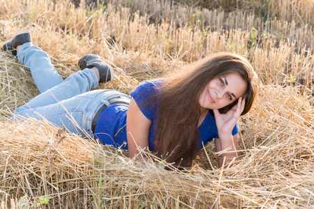 14 15 years: a Teen girl resting in a field Stock Photo