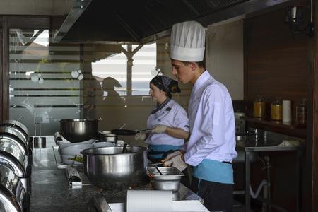 keuken restaurant: ISTANBUL TURKIJE 28 september 2014 Chef-kok in een restaurant keuken doet flambe op voedsel Redactioneel
