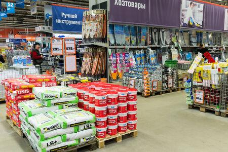 retail chain: Mosca, Russia - Febbraio 01.2015: shopping nei negozi della catena OBI. Catene di negozi di vendita al dettaglio tedesche di costruzione e per la casa beni appartenenti alla societ� OBI GmbH & Co.